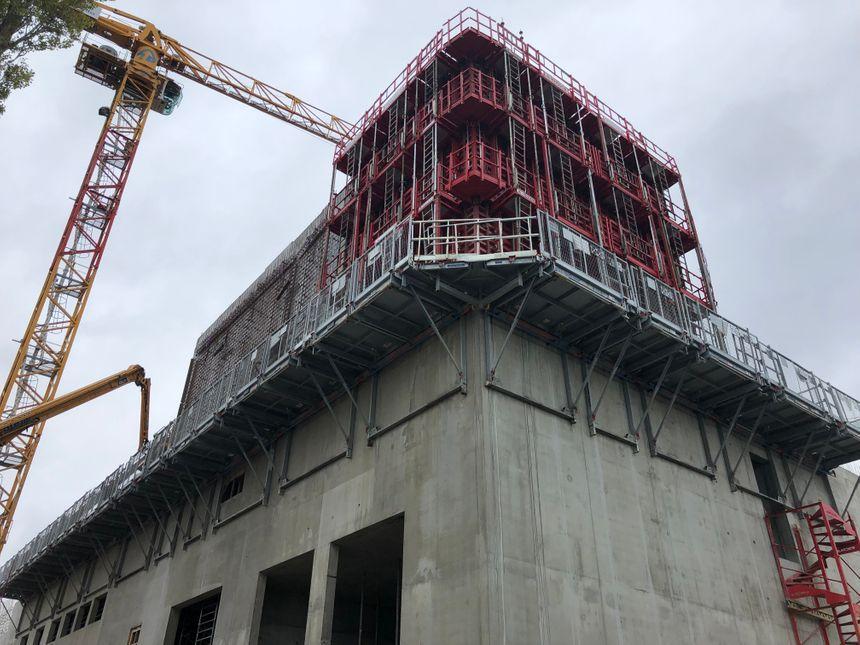 Le chantier est actuellement en phase de fondation, de terrassement et de génie civil.