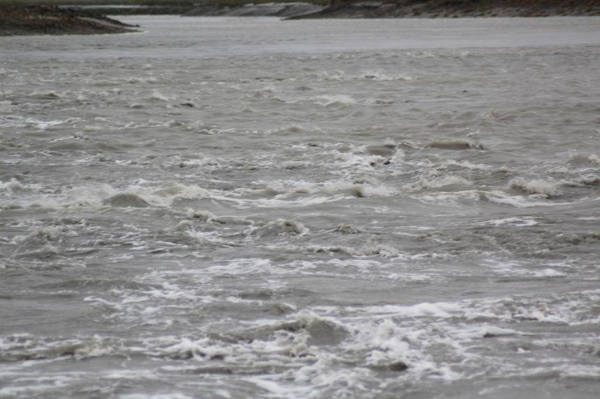 Après le passage de la vague, l'eau se transforme en un tourbillon avant de continuer à monter