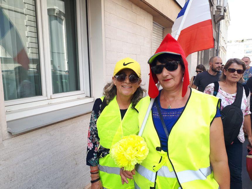 """Monique et Dallia, deux """"gilets jaunes"""" qui défilent, ce samedi après-midi à Nantes."""
