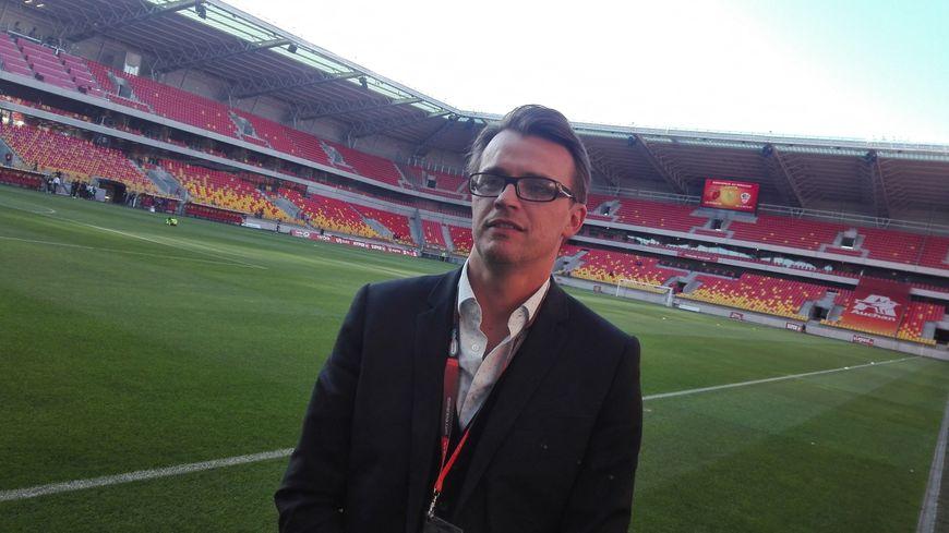 Yannick Hoinville, directeur général de Le Mans Stadium, sur la pelouse du MMArena.
