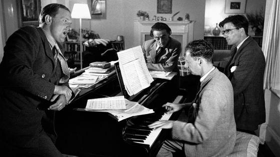 Peter Pears en répétition (à gauche) avec Benjamin Britten au piano avec Ronald Duncan et Arthur Oldham / Jeffrey Tate : Britannia Lyrica  prod. Claude Maupomé (1988)