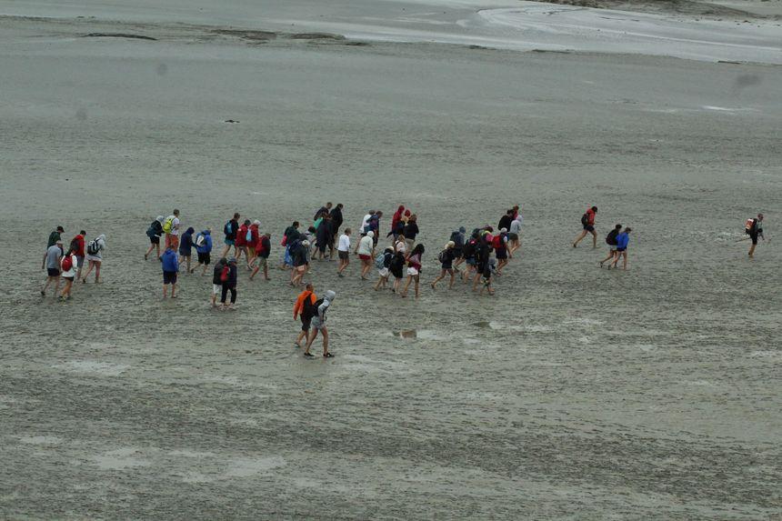 Les piétons quittent la baie avant le passage du mascaret