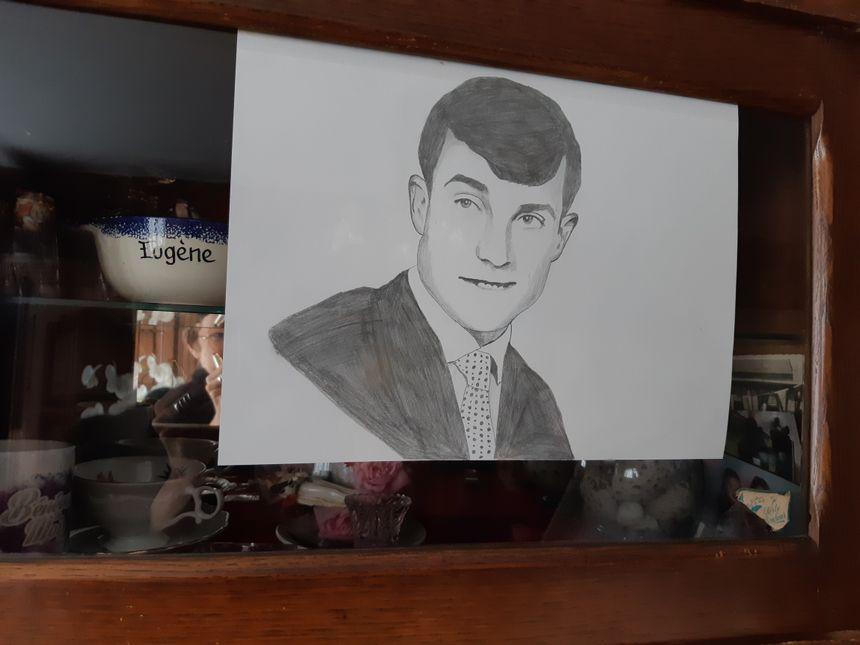 Un jeune afghan a laissé à Monique le portrait de son mari - Radio France