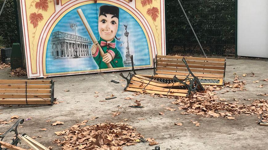 Tous les bancs du théâtre de marionnettes ont été abîmés dans la nuit de samedi à dimanche.