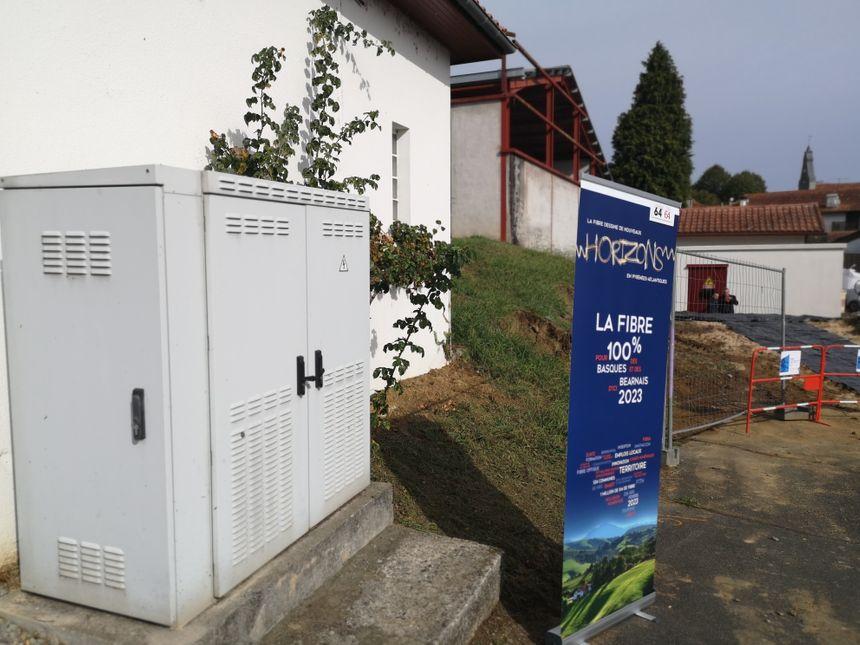 Deux générations d'armoires techniques cohabitent à Iholdy : au premier plan pour le téléphone, à l'arrière plan pour la fibre optique