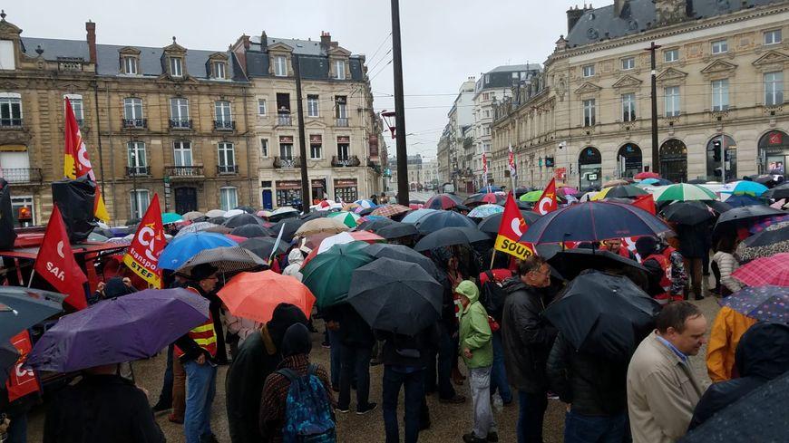 Les parapluies sont de sortie ce mardi 24 septembre 2019 au Mans pour la manifestation contre la réforme des retraites