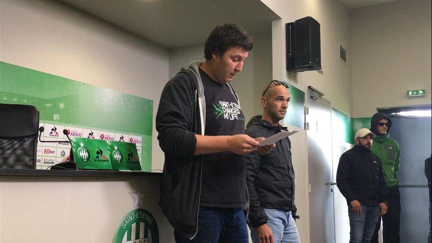 Deux supporters ont pris la parole pour exprimer leur mécontentement.