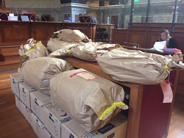 Les scellés ont été placés au centre de la salle de la cour d'assises de Pau.