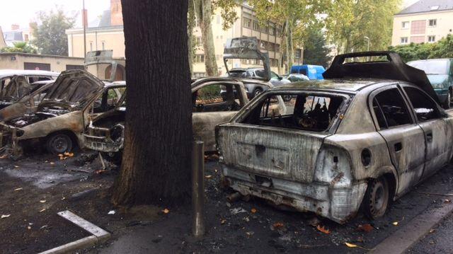 Les carcasses de voitures calcinées se trouvent sur le parking des immeubles du boulevard Preuilly
