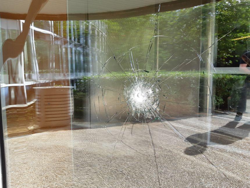 Il s'agit bien d'un impact de balles. Des ogives ont été retrouvées à l'intérieur de la cité judiciaire.