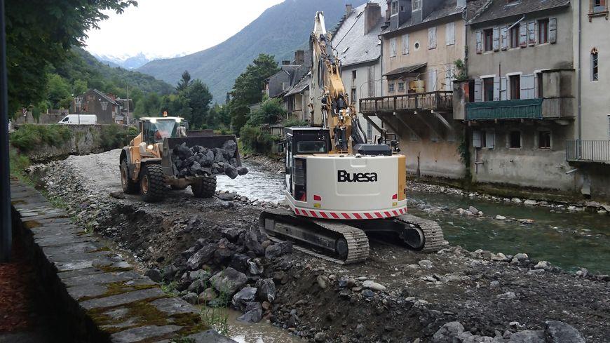 Camions et pelleteuses en action dans le lit de la Garonne à Saint-Béat