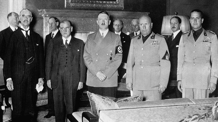 Neville Chamberlain, Édouard Daladier, Adolf Hitler, Benito Mussolini et son ministre des affaires étrangères le Conte Galeazzo Ciano pour la signature des accords de Munich