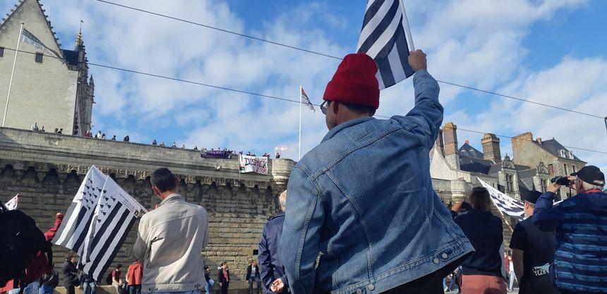 Des jeunes du collectif Dispac'h ont investi les remparts pour déployer une banderole, sous les acclamations des manifestants.
