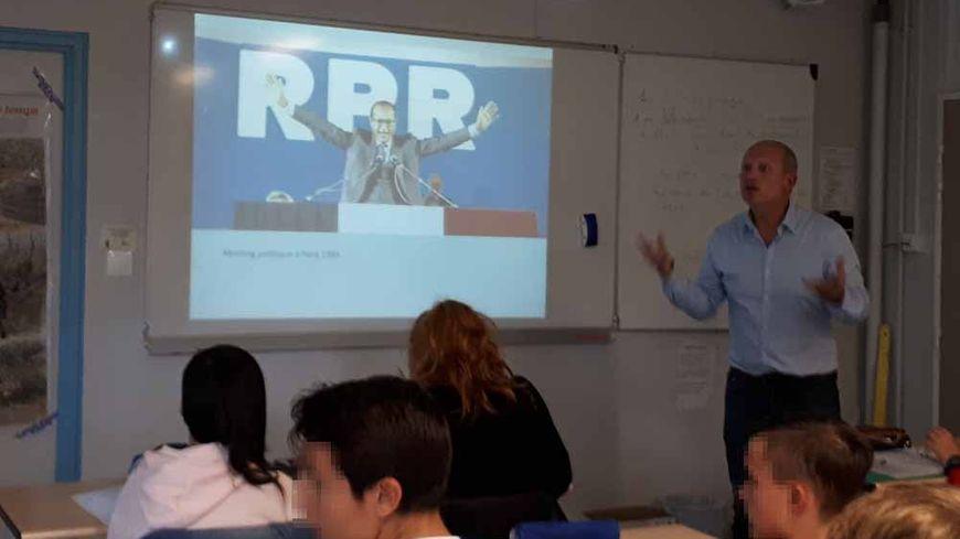 Au collège d'Isle Laurent Arnaud explique à ses élèves de troisième qui était Jacques Chirac