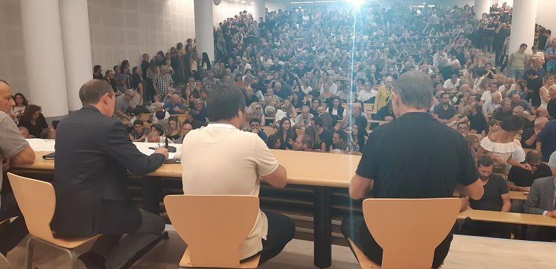 En présence des proches de la victime, des responsables de toutes les tendances nationalistes,  une minute de silence a d'abord été observée - Radio France