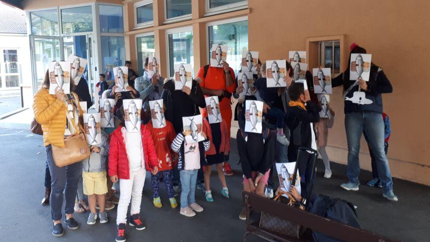Parents et enfants ont fait la danse des sardines pour protester contre la surpopulation dans les classes de leurs enfants : jusqu'à 33 élèves en petite section.