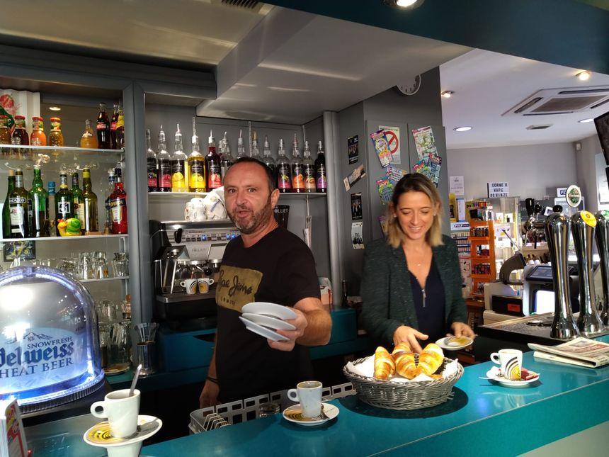 Au bar tabac le 15, rue Fontgiève, où Célia et Laurent vendent le journal