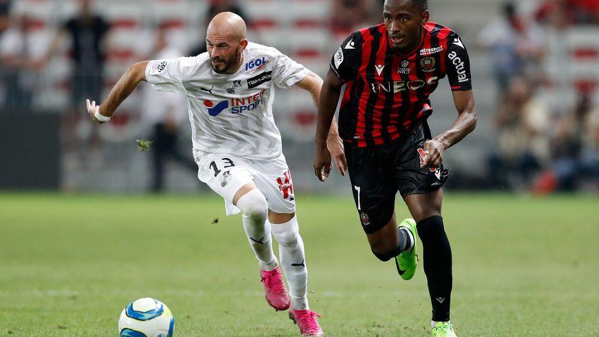 Myziane lors du match à l'Allianz Riviera face à Amiens et son ancien Aiglon, Christophe Jallet.