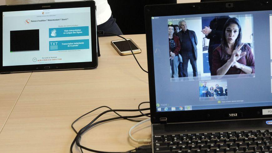 L'application sur smartphone ou tablette permet une traduction simultanée