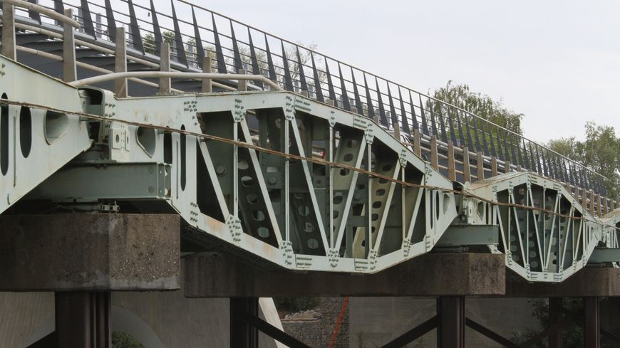Ce pont avait été construit en 1965 avec ces cinq baleines, qui proviennent du port flottant d'Arromanches.
