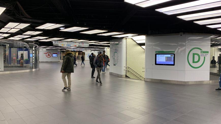 Couloir de correspondances du RER, station Châtelet-Les Halles à Paris