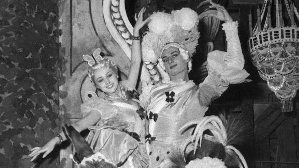 Les danseuses Liane Daydé et Lycette Darsonval dans le ballet 'Les Indes Galantes' de Rameau à l'Opéra Garnier en 1952 à Paris, France.