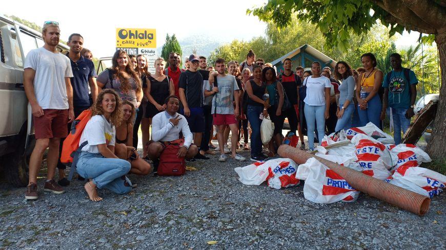 Une quarantaine d'étudiants sont venus en aide à l'ONG pour photographier les déchets sur le gave.