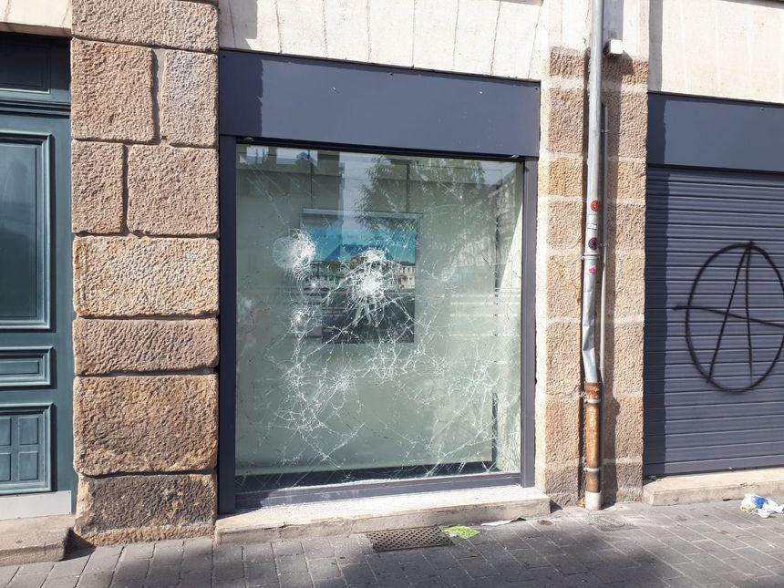 La vitrine de la banque HSBC, sur l'île Feydeau à Nantes, a elle aussi été vandalisée.