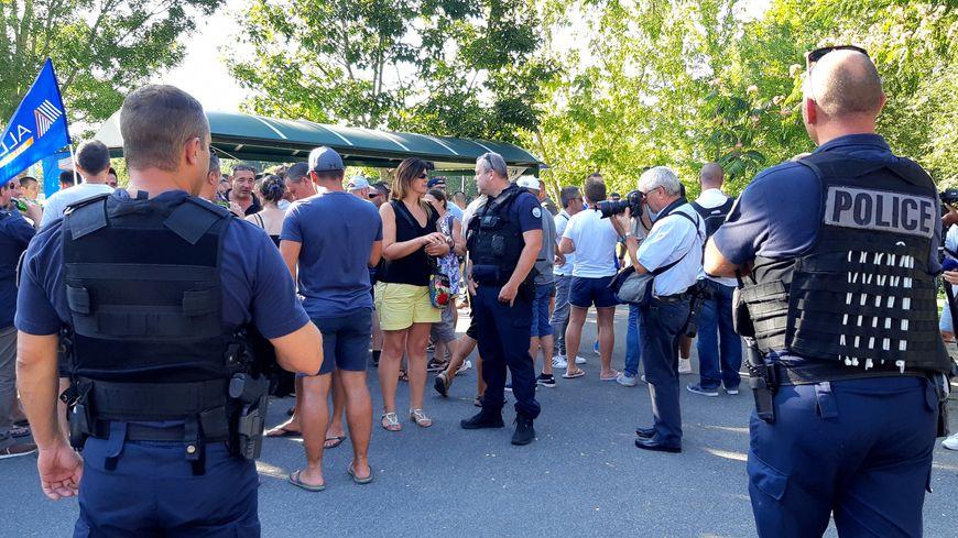 """Quelques hommes en tenue au """"barbecue de la colère"""" organisé par la police le vendredi 23 août 2019 à Anglet en marge du G7, pour alerter sur la vague de suicides dans les forces de l'ordre."""