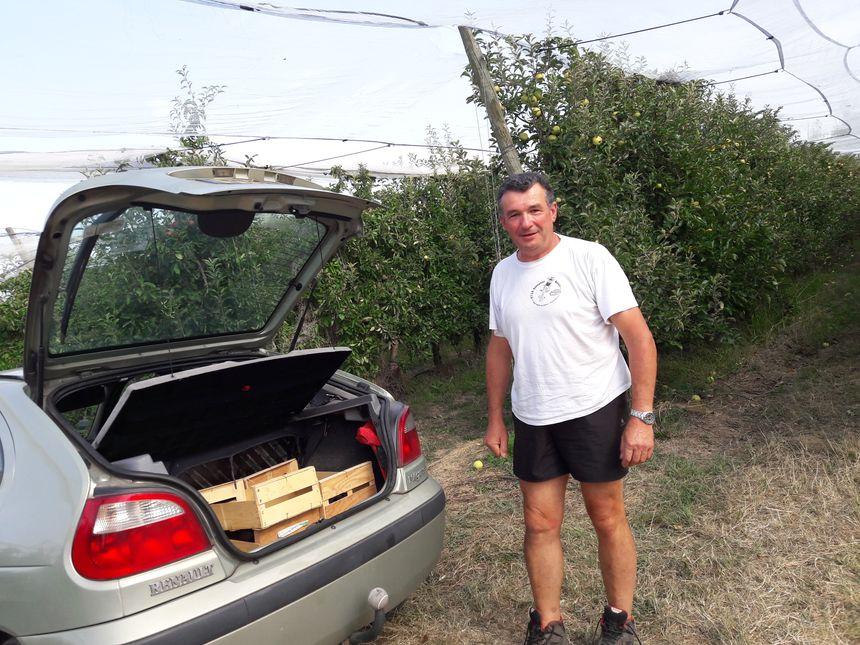 Yves s'apprête à ceuillir des pommes
