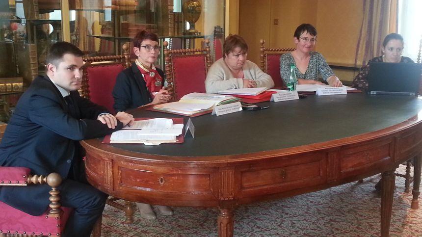 """Marie-Christine Tarare, procureur général, près la cour d'appel de Bourges (2eme à gauche) entourée des parquetiers référents """"discriminations"""" dans chaque département"""