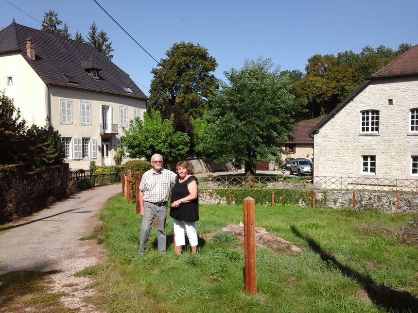 Claude Ruffy et France Maire, devant le château Régnier, la forge, et le moulin Martin au fond - Radio France