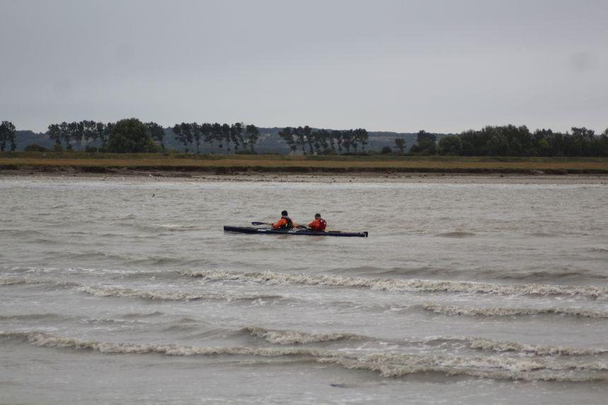Les canoës profitent du mascaret pour naviguer
