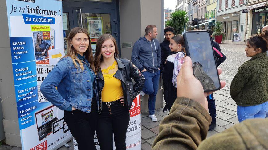 Aëlwenn devant quelques fans sur le perron de l'Est Républicain à Montbéliard