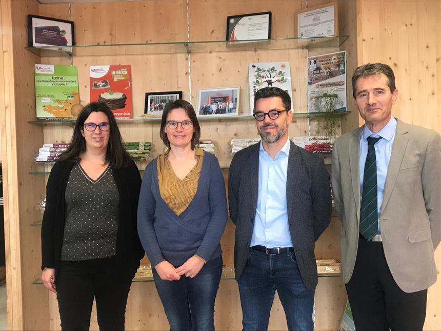 Les co-gérantes de la PME Bio Bleud (à gauche) ont été accompagnées par les représentants de la Carcat (à droite) pour adapter la chaîne de production