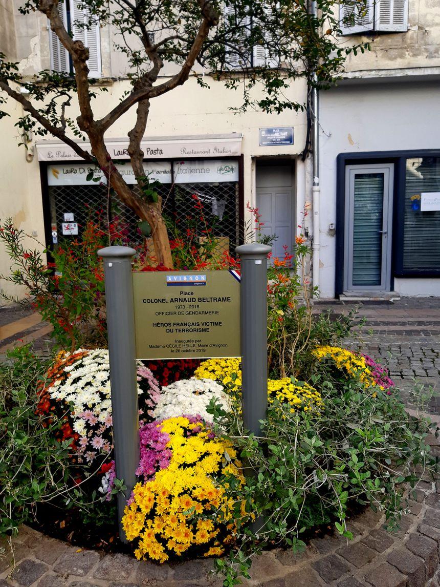 La petite place ne portait pas de nom et elle a désormais également une plaque bleue de ville au nom du colonel Beltrame