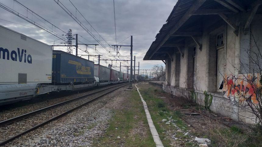 70 à 80 trains de marchandises passent en gare du Pouzin. Sept allers-retours de voyageurs vont s'y mêler.
