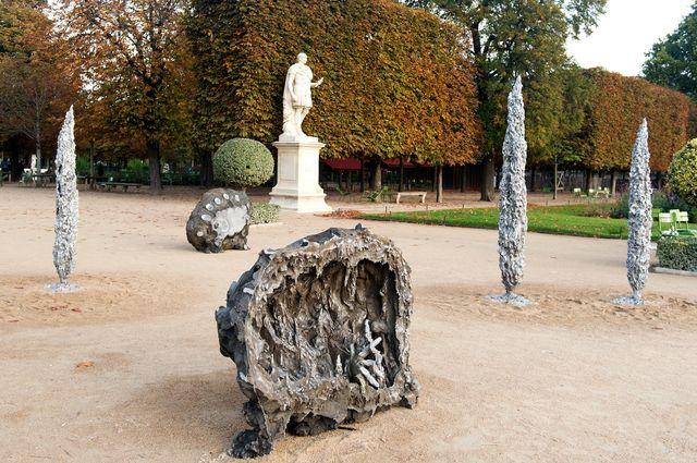 L'artiste Jean-Marie Appriou représente des grottes avec des mains qui semblent s'enfoncer dans leur néant et appeler au secours.