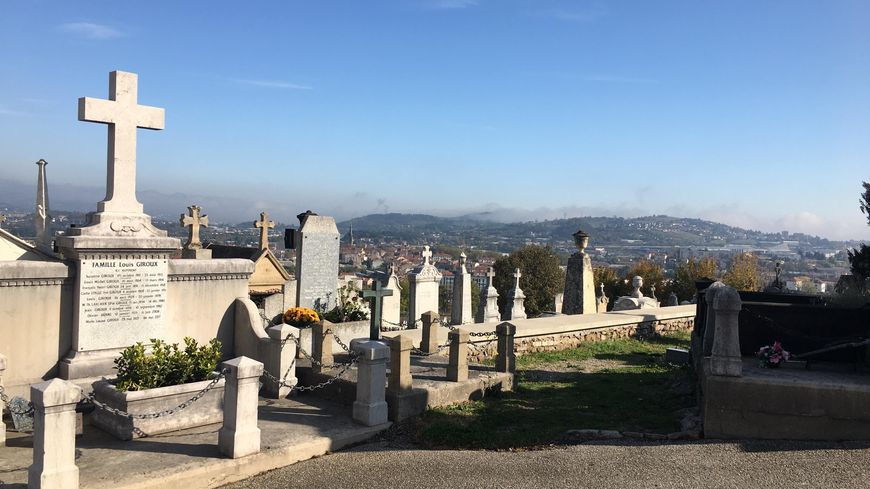 Le cimetière du Crêt-de-Roc a été fondé en 1819