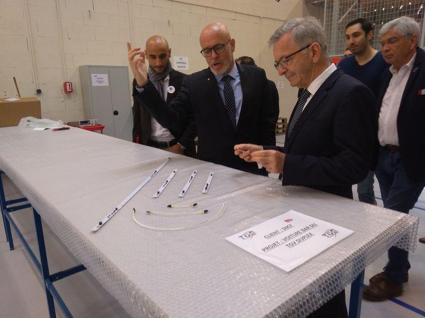 Charles Nadal (à gauche) présente les produits de l'entreprise TDG au président de la région François Bonneau. Il s'agit de lignes avec des LED dessus pour éclairer les trains et les avions.