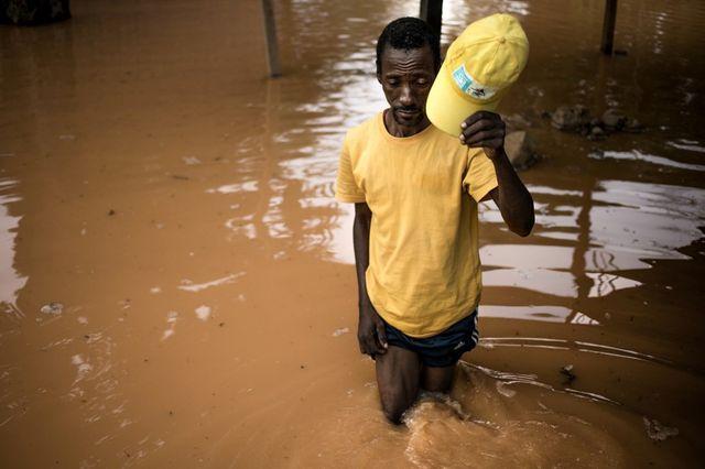 Cet habitant revient dans les ruines de sa maison, saccagée par les eaux
