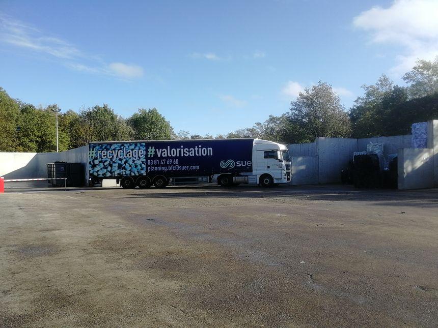 Un camion chargé de collecter les déchets dans les industries locales