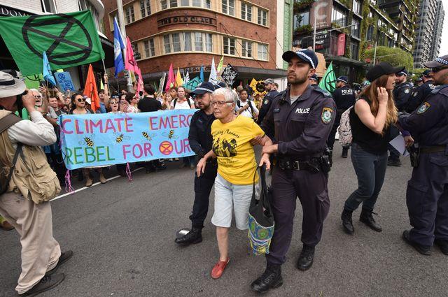 Un manifestant délogé à Sydney.