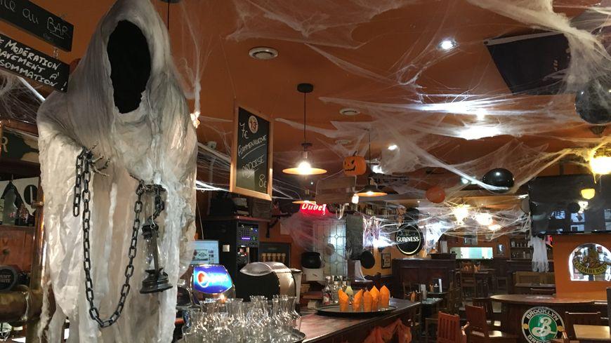 Un fantôme a été installé juste à côté des tireuses à bière.