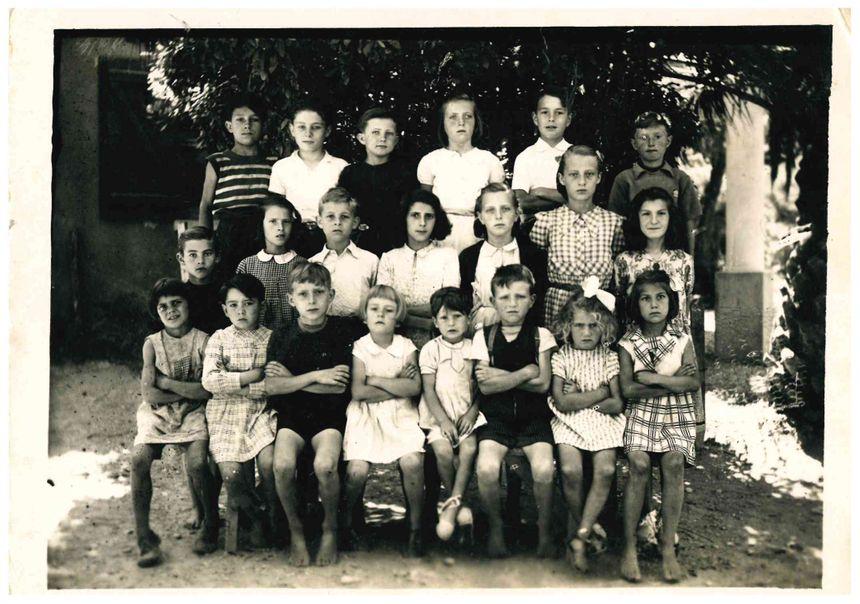 Le petit Jacques (2ème à droite, 3ème rang en haut) a fréquenté l'école du village du Rayol