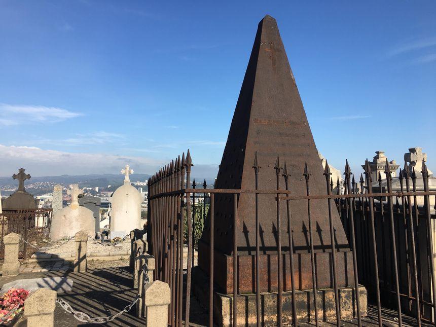 La tombe de la famille Schmit est surmontée d'une mystérieuse pyramide en fer. Elle a été classée aux monuments historiques et devrait être restaurée.