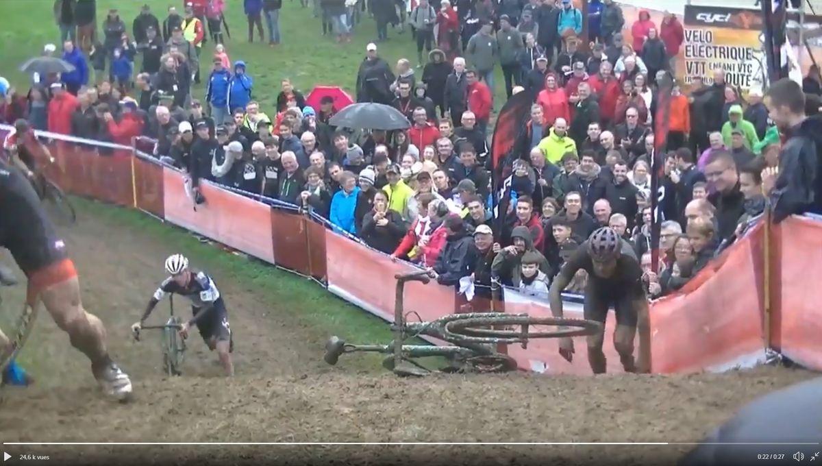 VIDÉO - La galère d'un champion de cyclo-cross dans la gadoue bretonne !
