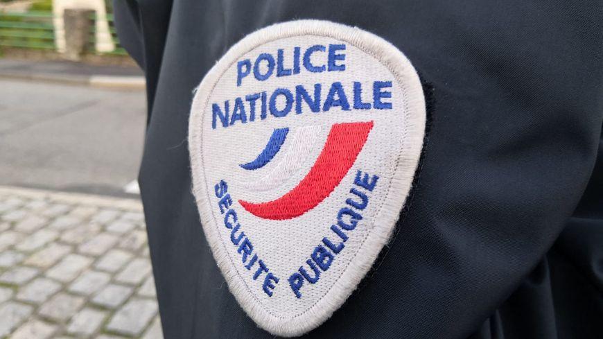Policier du commissariat de Guéret (Creuse). Ecusson Police nationale/Sécurité publique.