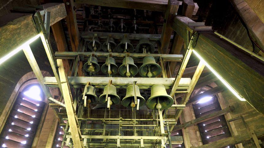La façade de cloches du carillon à Saint-Bénigne