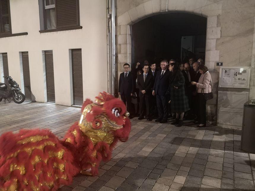 Les invités ont assisté, devant l'Institut à la traditionnelle danse du lion.